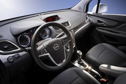 Opel Mokka J-A Innenansicht statisch Studio Vordersitze und Armaturenbrett fahrerseitig
