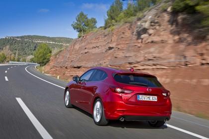 Mazda 3 BM Fünftürer Aussenansicht Heck schräg dynamisch rot