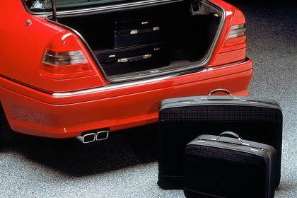 Mercedes-Benz C-Klasse Limousine W202 Innenansicht statisch Studio Kofferraum