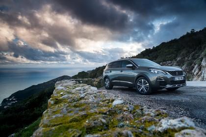 Peugeot 5008 SUV Aussenansicht Front schräg statisch grau