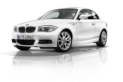 BMW 1er Coupé E82 LCI Aussenansicht Front schräg statisch Studio weiss
