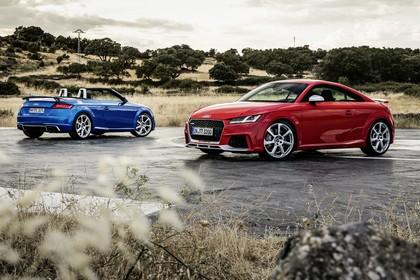 Audi TT RS 8S Roadster und Cabrio Aussenansicht schräg statisch rot und blau