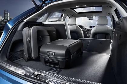 Audi Q3 Innenansicht Kofferraum geöffnet 2/3 umgeklappt mit Koffern Studio statisch schwarz