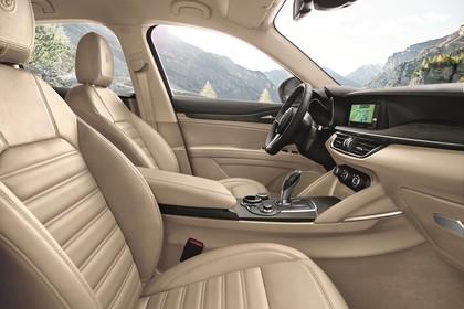 Alfa Romeo Stelvio 949 Innenansicht statisch Vordersitze und Armaturenbrett beifahrerseitig