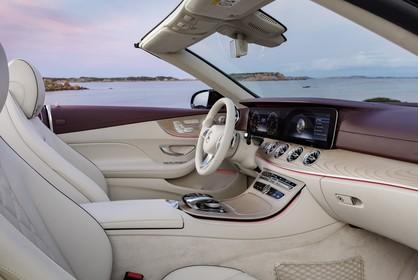 Mercedes-Benz E-Klasse Cabriolet A238 Innenansicht Vordersitze und Armaturenbrett beifahrerseitig