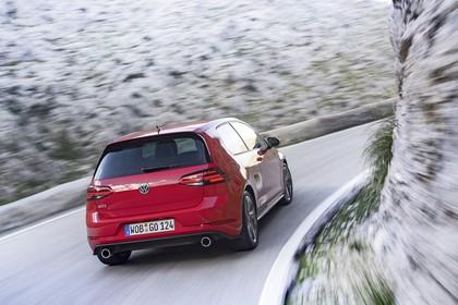VW Golf 7 GTI Facelift Aussenansicht Heck schräg dynamisch rot