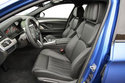 BMW M5 F10 Innenansicht Einstieg Fahrerposition Studio statisch blau