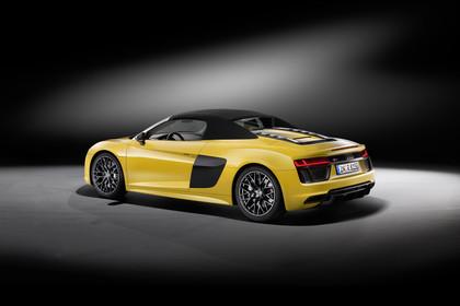 Audi R8 Spyder Aussenansicht Heck schräg Dach geschlossen Studio statisch gelb