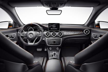 Mercedes CLA C117 Innenansicht zentral Studio statisch schwarz