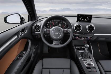 Audi A3 8V Limousine Innenansicht Fahrerposition statisch schwarz