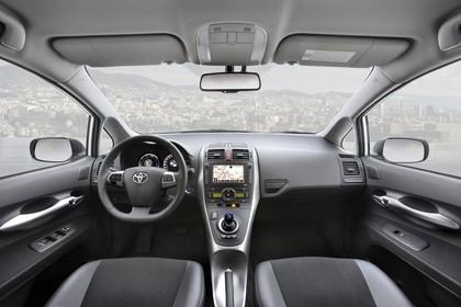 Toyota Auris Hybrid E15 Innenansicht statisch Vordersitze und Armaturenbrett