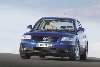 VW Passat Limousine B5 Facelift Aussenansicht Front schräg statisch blau