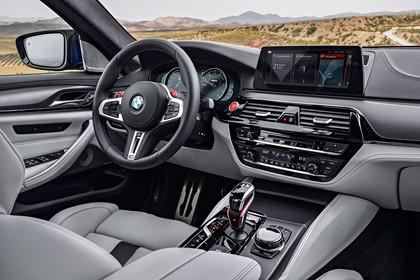 BMW M5 F90 Innenansicht Beifahrerposition statisch grau