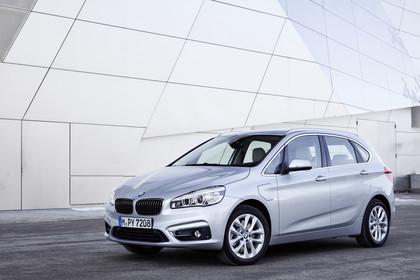 BMW 2er Active Tourer Aussenansicht Front schräg statisch silber