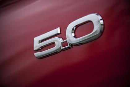 Ford Mustang Coupe LAE Aussenansicht Seite schräg statisch Studio Detail 5.0 Schriftzug rot