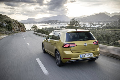 VW Golf 7 Facelift Aussenansicht Heck schräg dynamisch gold