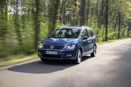 VW Sharan Aussenansicht Fron schräg dynamisch blau