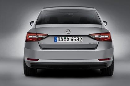 Skoda Superb Limousine 3V Aussenansicht Heck Studio statisch grau