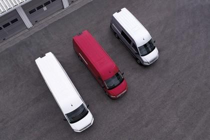 VW Crafter Kastenwagen Aussenansicht Front schräg erhöht weiss rot silber