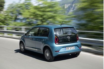 VW UP! Aussenansicht Heck schräg dynamisch blau