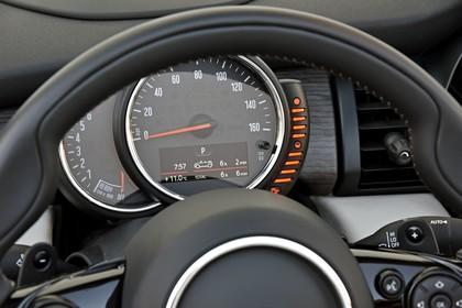 Mini Cabrio F57 Innenansicht Detail statisch schwarz Tacho
