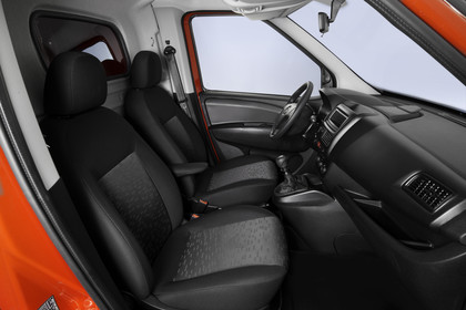 Opel Combo Tour Innenansicht Fahrerkabine Beifahrerposition Studio statisch schwarz