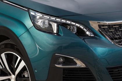 Peugeot 5008 SUV Aussenansicht Front schräg statisch Detail Scheinwerfer und Nebelscheinwerfer rechts grün