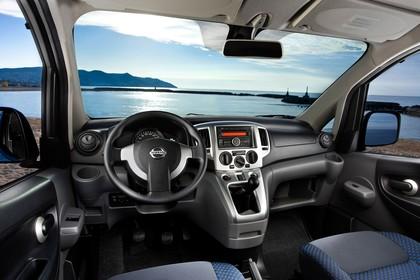 Nissan Evalia NV200 Innenansicht statisch Vordersitze und Armaturenbrett fahrerseitig