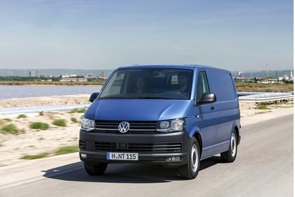 VW T6 Transporter Kastenwagen Aussenansicht Front schräg dynamisch blau