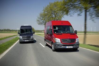 Mercedes-Benz Sprinter Kastenwagen W906 Aussenansicht Front schräg dynamisch dunkelblau rot