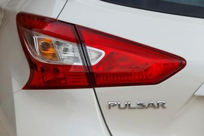 Nissan Pulsar C13 Aussenansicht Heck schräg statisch Detail Rückleuchte links weiss