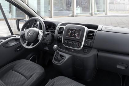 Opel Vivaro Kombi X82 Innenansicht statisch Vordersitze und Armaturenbrett beifahrerseitig