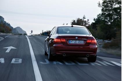 BMW 3er Coupé E92 LCI Aussenansicht Heck schräg dynamisch rot