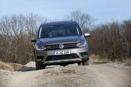 VW Caddy 4 Alltrack Aussenansicht Front dynamisch hellbraun