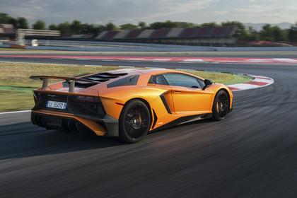 Lamborghini Aventador SV Aussenansicht Heck schräg dynamisch orange
