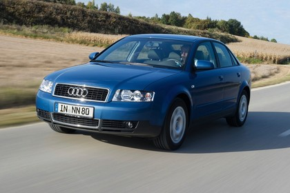 Audi A4 Limousine B6 Aussenansicht Front schräg dynamisch blau
