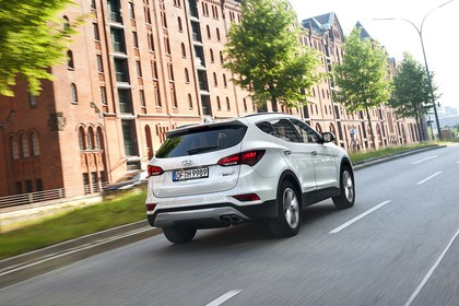Hyundai Santa Fee DM Aussenansicht Heck schräg dynamisch weiß