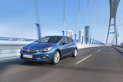 Opel Astra K 5türer Aussenansicht schräg frontal dynamisch blau