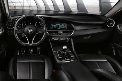 Alfa Romeo Giulia ZAR 952 Innenansicht statisch Vordersitze und Armaturenbrett fahrerseitig