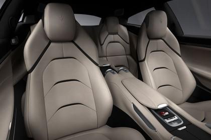 Ferrari GTC4 Lusso Innenansicht statisch Studio Vordersitze Mittelkonsole und Rücksitze beifahrerseitig