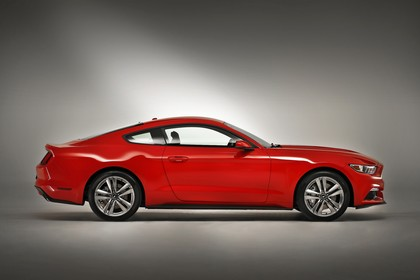 Ford Mustang Coupe LAE Aussenansicht Seite statisch Studio rot