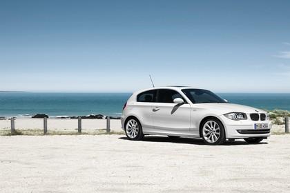 BMW 1er Dreitürer E81 Aussenansicht Seite schräg statisch weiss