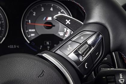 BMW 2er M2 Coupe F87 Innenansicht Detail Lenkradbedienung statisch schwarz
