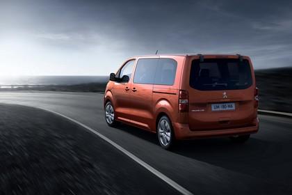 Peugeot Traveller V Aussenansicht Heck schräg dynamisch orange