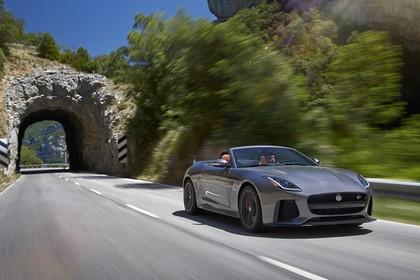Jaguar F-Type SVR Cabriolet QQ6 Aussenansicht Front schräg dynamisch grau