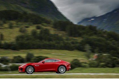 Jaguar F-Type Coupé QQ6 Aussenansicht Seite dynamisch rot