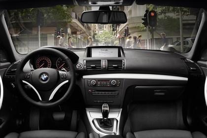 BMW 1er Coupé E82 LCI Innenansicht statisch Vordersitze und Armaturenbrett