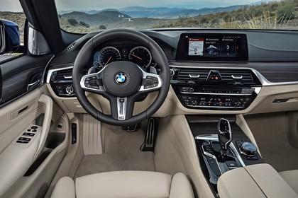 BMW 5er G31 Touring Innenansicht Fahrerposition statisch beige