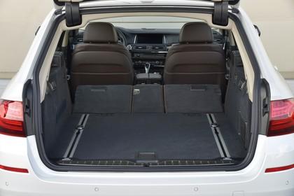 BMW 5er Touring F11 Aussenansicht Heck Kofferraum geöffnet Rückbank umgeklappt statisch weiss