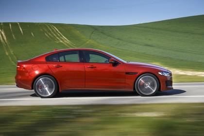 Jaguar XE X760 Aussenansicht Seite dynamisch rot